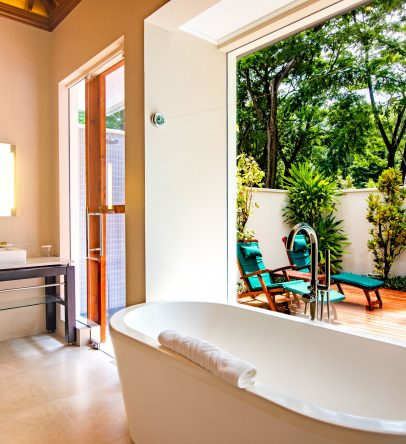 King beachfront pool villa bathroom